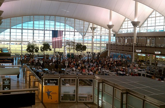 美国机场安检大厅图