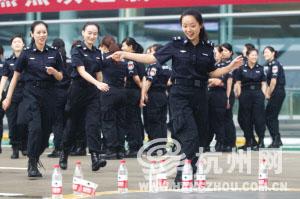 杭州萧山机场安检门与X光机安检员统一换新装[图]