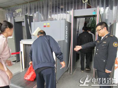 安康铁路细化安保工作安检门与X光安检仪齐上阵[图]