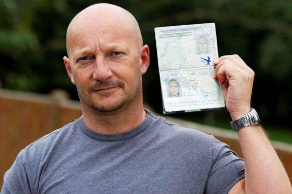 英国光头男子拿错护照顺利通过机场安检门通道登机[图]