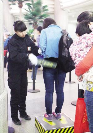 天津机场金属探测器安检工作者的一天