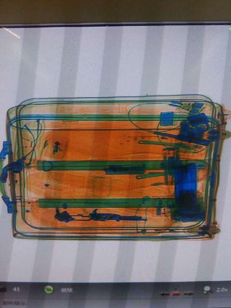旅客逃避机场安检门检查 鞋内藏金属仿真枪管被查获