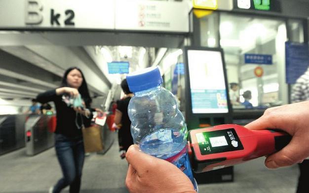 成都二环快速公交安检采用手持液体检测仪及防暴叉[图]