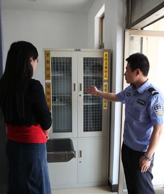 泉山法院展示安检门检测拦截违禁物品[图]