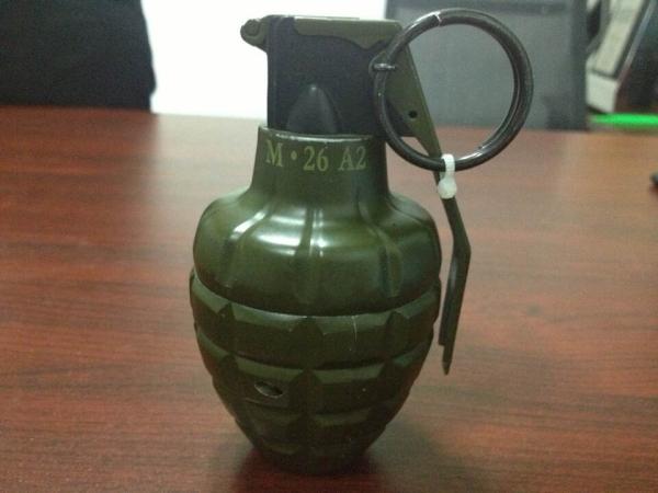 机场安检机检测标准高   新疆博乐发现手雷式打火机[图]