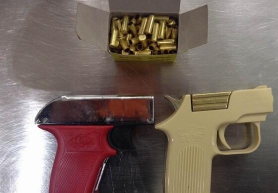 南京机场安检门通道查获两把发令枪[图]