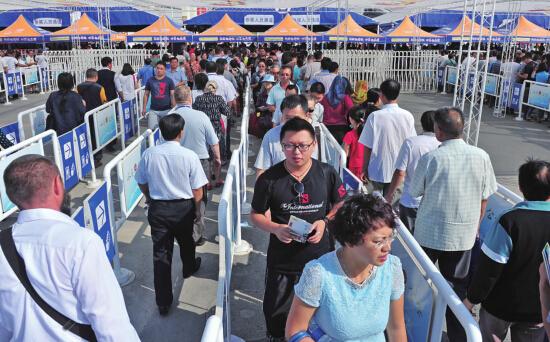 新疆国际会展中心市民排队进场