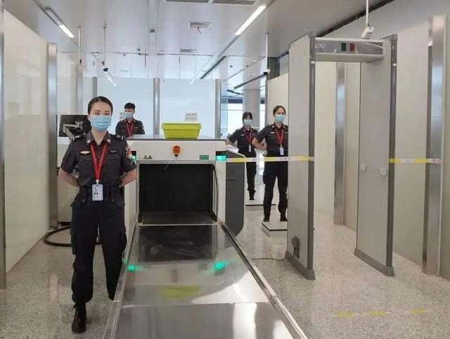 玉林机场安检门检测口探测发现危险物品[图].jpeg