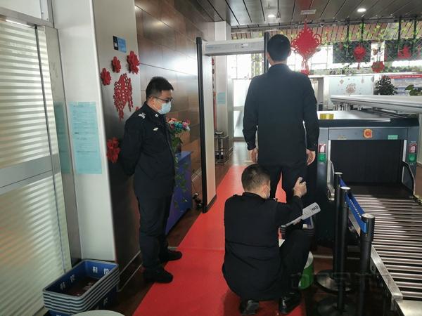 富蕴机场安检站开展岗位练兵活动 测温安检门起大作用.jpg