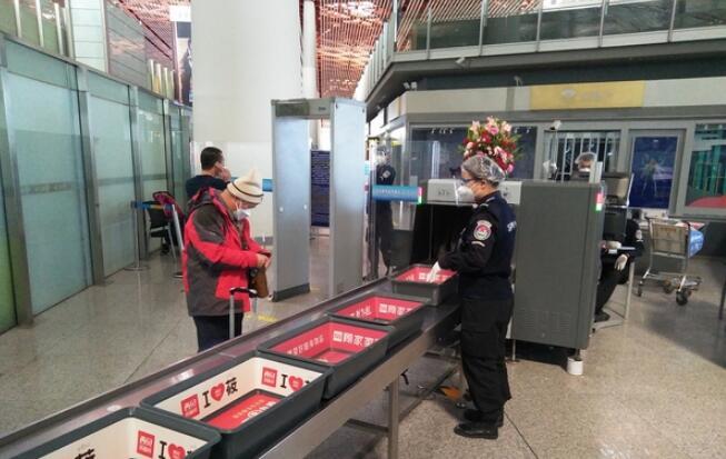 测温安检门:首都机场安保公司积极行动开展疫情防控工作.jpg