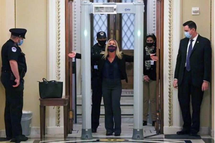 骚乱后美国会装金属探测安检门遭抵制[图].jpg